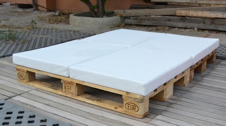 El mundo diy esta de suerte sof s y camas hechos en palets for Sofa cama para jardin